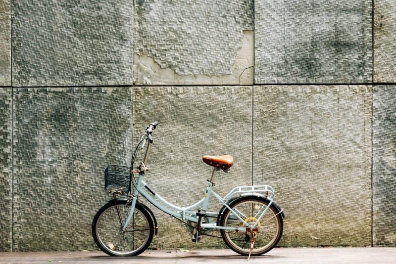 在角落的小自行车 库存图片
