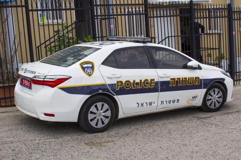 在警察的一辆丰田卡罗拉汽车与喂可见性号衣在橄榄山的一个警察局之外停放了在耶路撒冷 免版税库存图片
