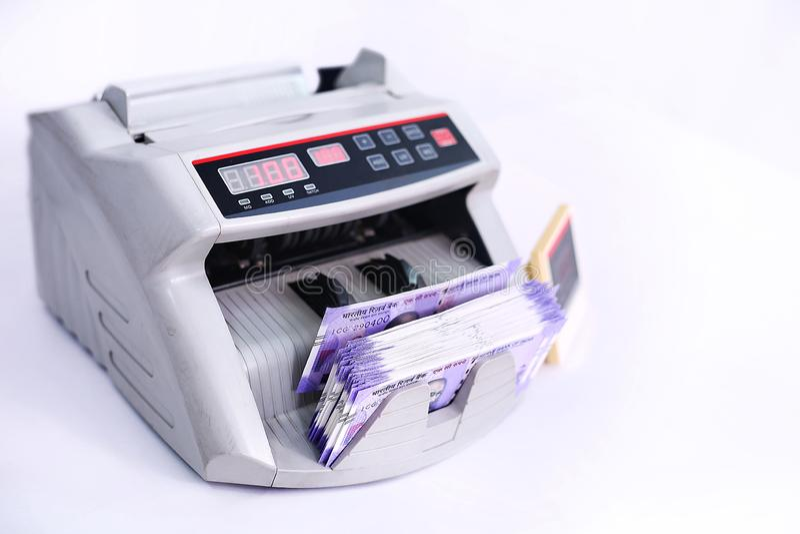 在计数机器的钞票 免版税库存图片