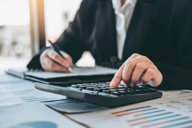 在计算器费用经济事务和市场的女商人会计金融投资 免版税库存图片