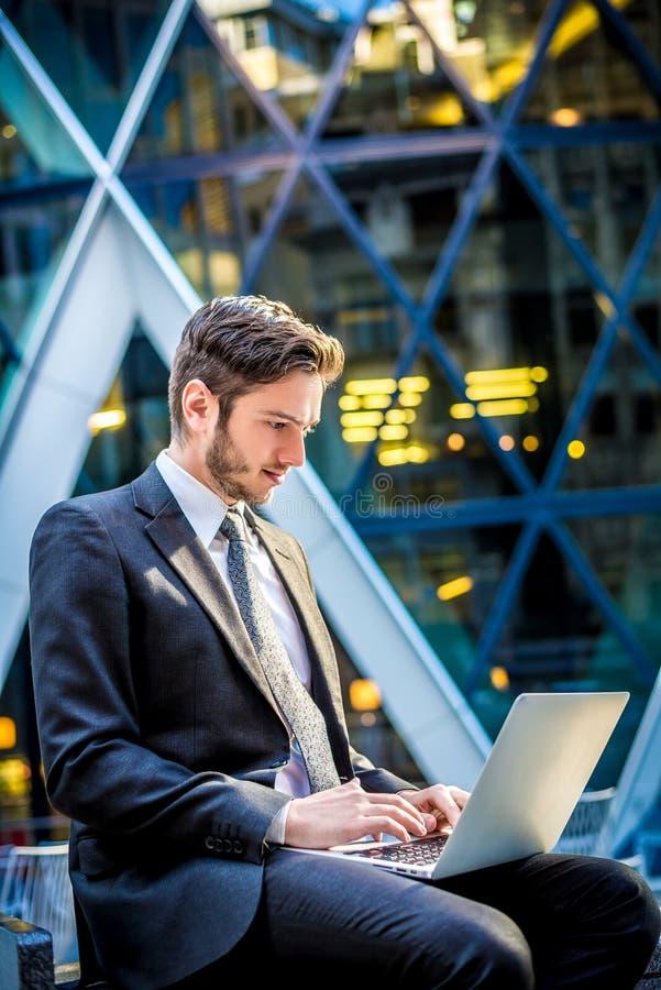 在计算机上的商人 免版税库存照片