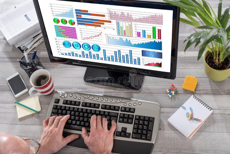 在计算机上的财务分析概念 免版税库存照片