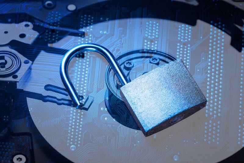 在计算机主板和硬盘驱动器的被打开的挂锁 互联网数据保密性信息保障概念 蓝色被定调子的图象 图库摄影