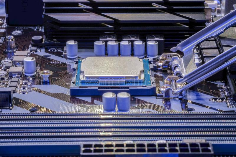 在计算机主板插口安装的CPU处理器  免版税库存图片