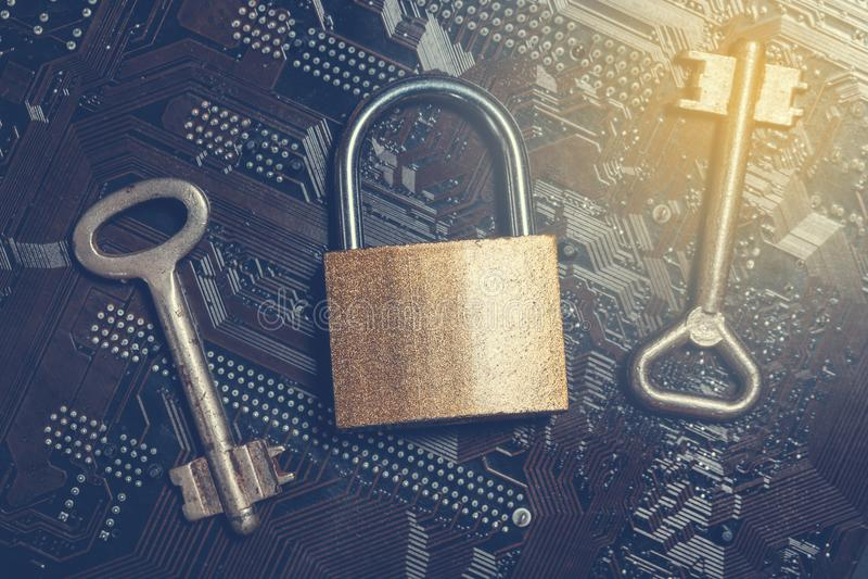 在计算机主板的挂锁有葡萄酒钥匙的 互联网数据保密性信息保障加密概念 免版税库存图片