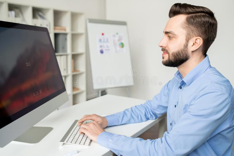 在计算机前面的分析家 免版税库存图片