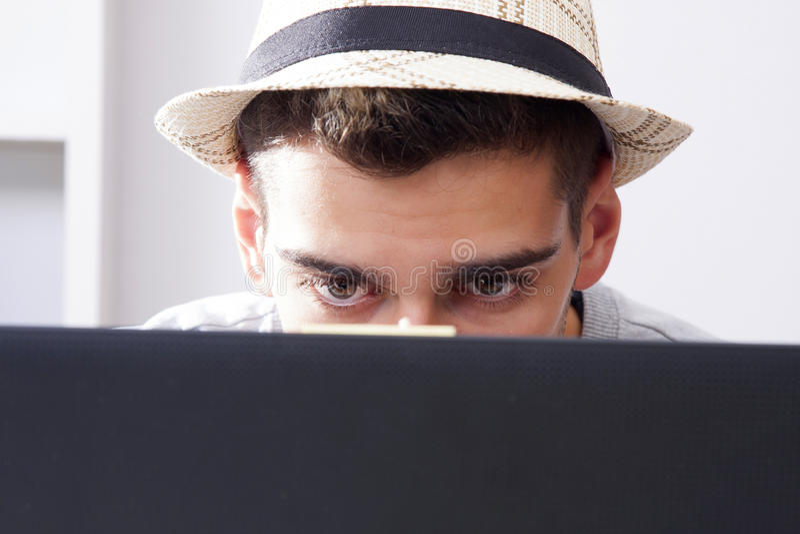 在计算机后的人 免版税库存图片
