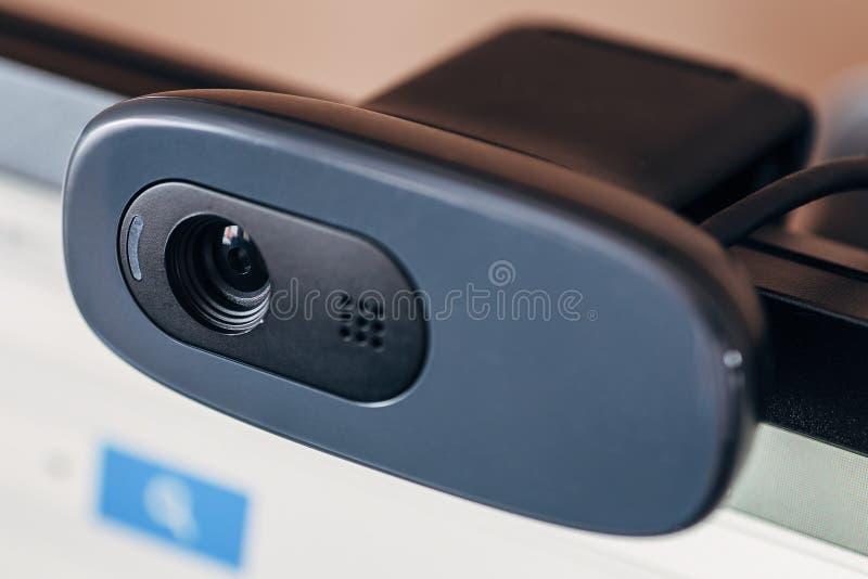 在计算机显示器的现代网照相机 网上会议、广播和视频通信的数字式设备由互联网 免版税库存图片