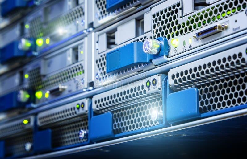 在计算机服务器的硬盘是特写镜头 数据存储在媒介执行 选择聚焦 库存图片