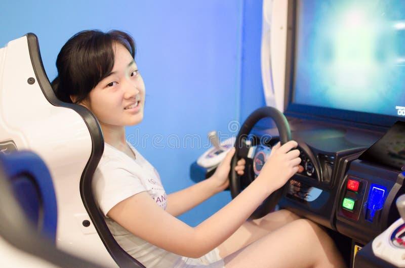 在计算机游戏城市戏剧女孩 免版税库存照片