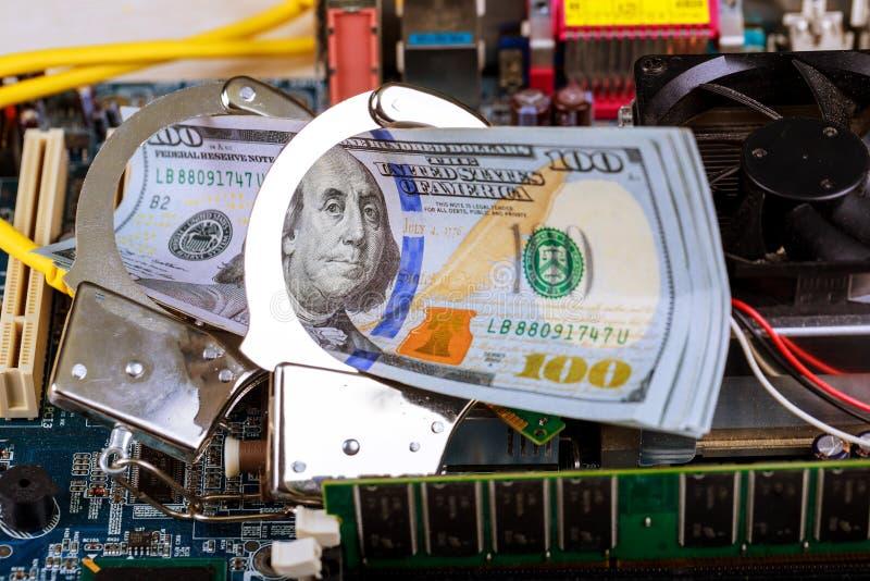 在计算机网络黑客罪行概念的手铐 免版税图库摄影