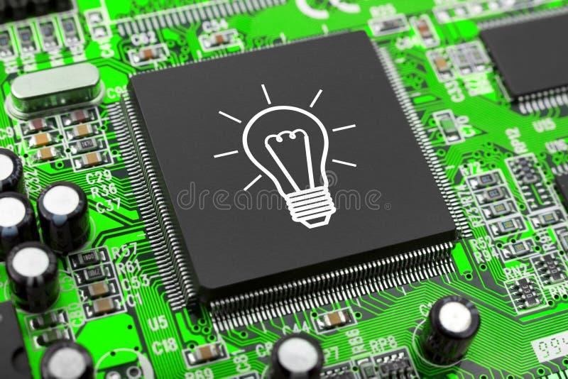 在计算机芯片的电灯泡 库存照片