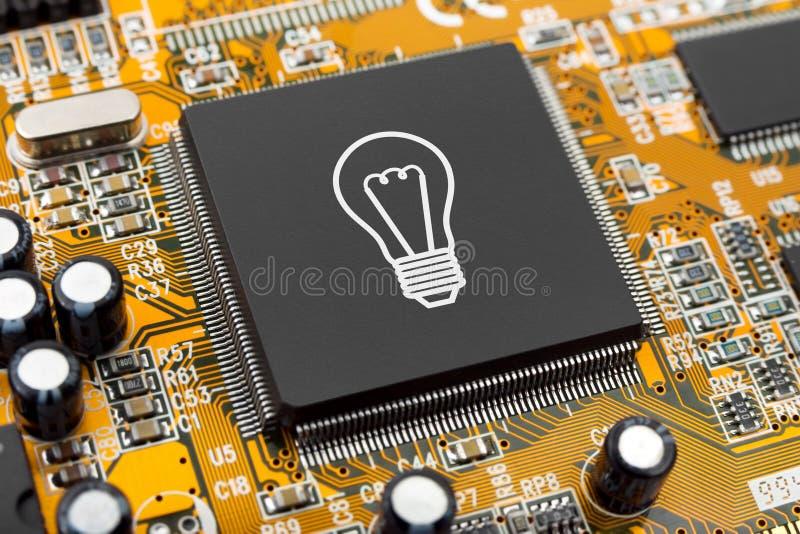 在计算机芯片的电灯泡 库存图片