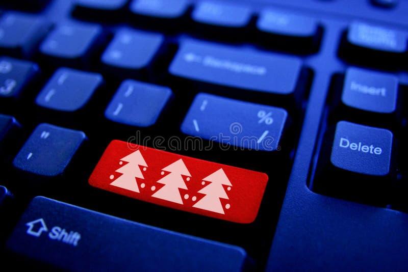 在计算机键盘的圣诞树 库存照片