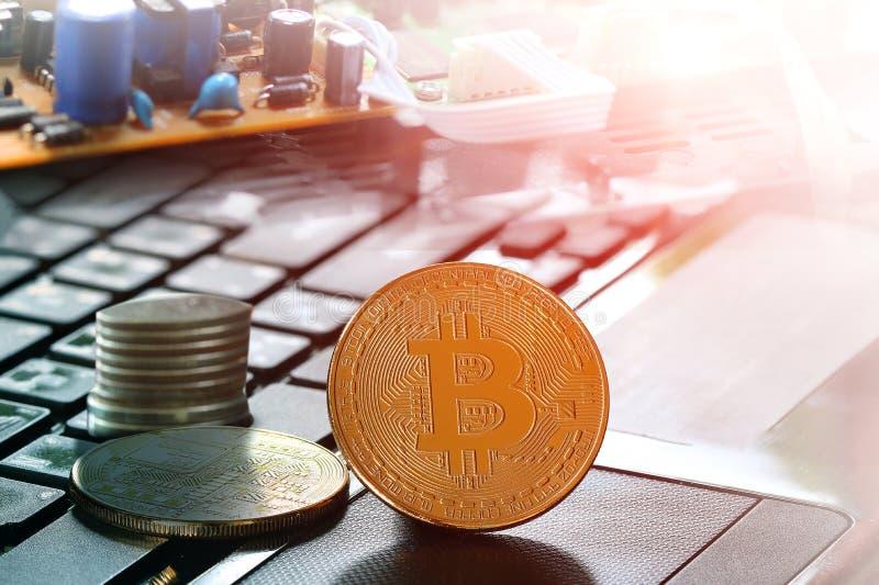在计算机,笔记本上的金黄Bitcoin 免版税库存图片