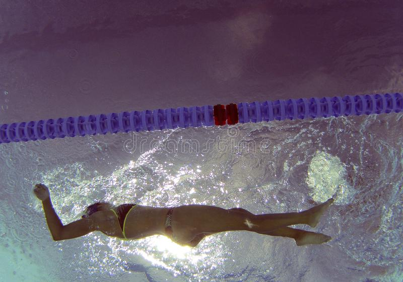 在训练期间的水下的游泳者 免版税库存照片