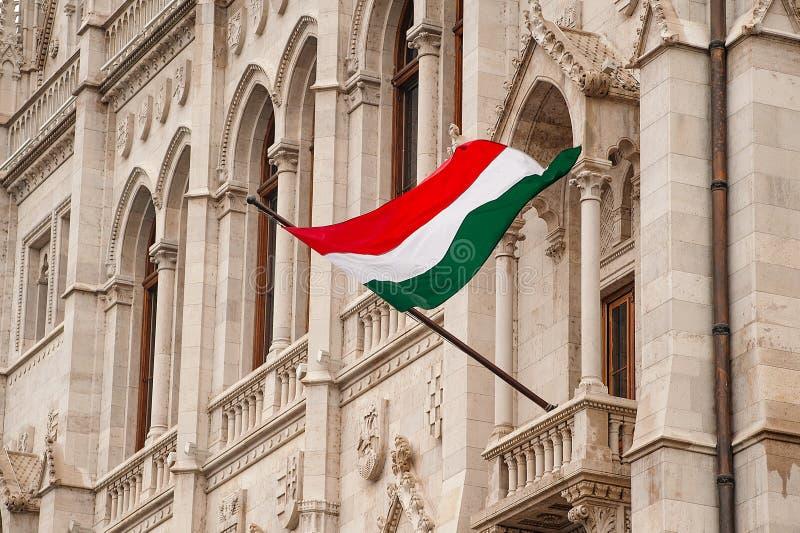 在议会大厦的匈牙利旗子在布达佩斯 库存照片