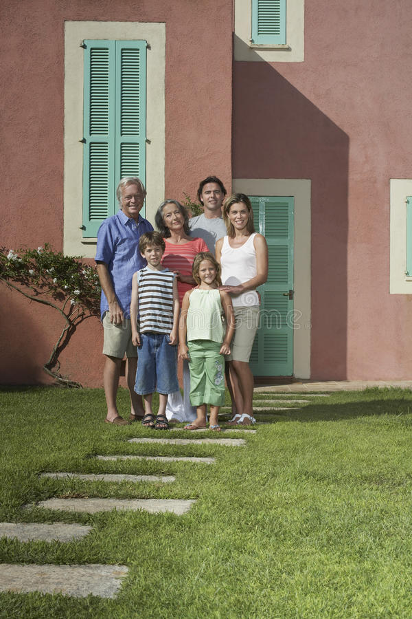 在议院前面的三一代家庭 库存图片