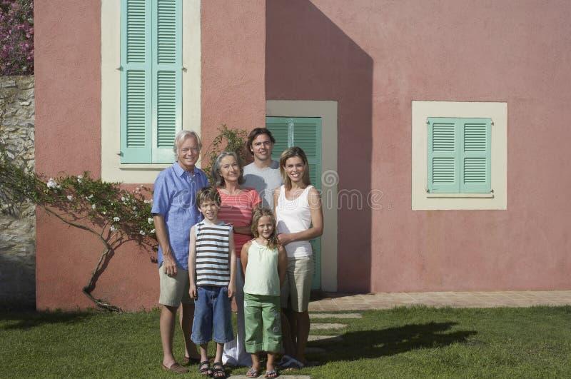在议院前面的三一代家庭 库存照片