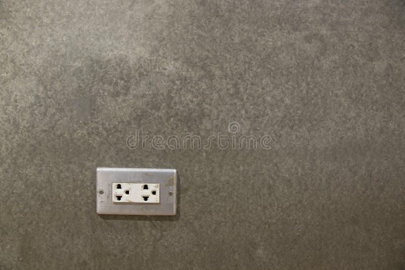 在议院水泥墙壁的电子插口  库存图片