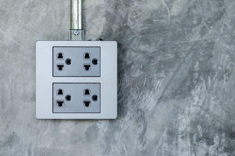 在议院,现代样式水泥墙壁的电子插口  免版税库存图片