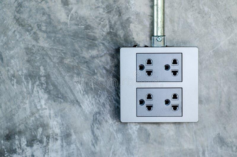 在议院,现代样式水泥墙壁的电子插口  图库摄影