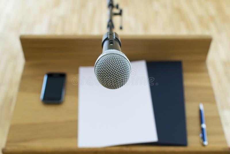 在讲话指挥台的话筒 免版税库存照片