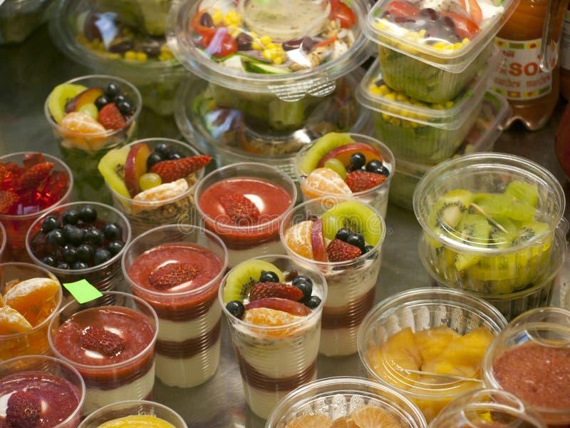 在许多小杯子的甜鲜美果子点心,健康食品忙个不停概念 免版税库存图片
