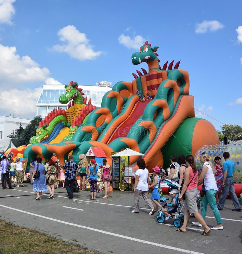 在许多庆祝的儿童inflatables在城市的那天 库存图片
