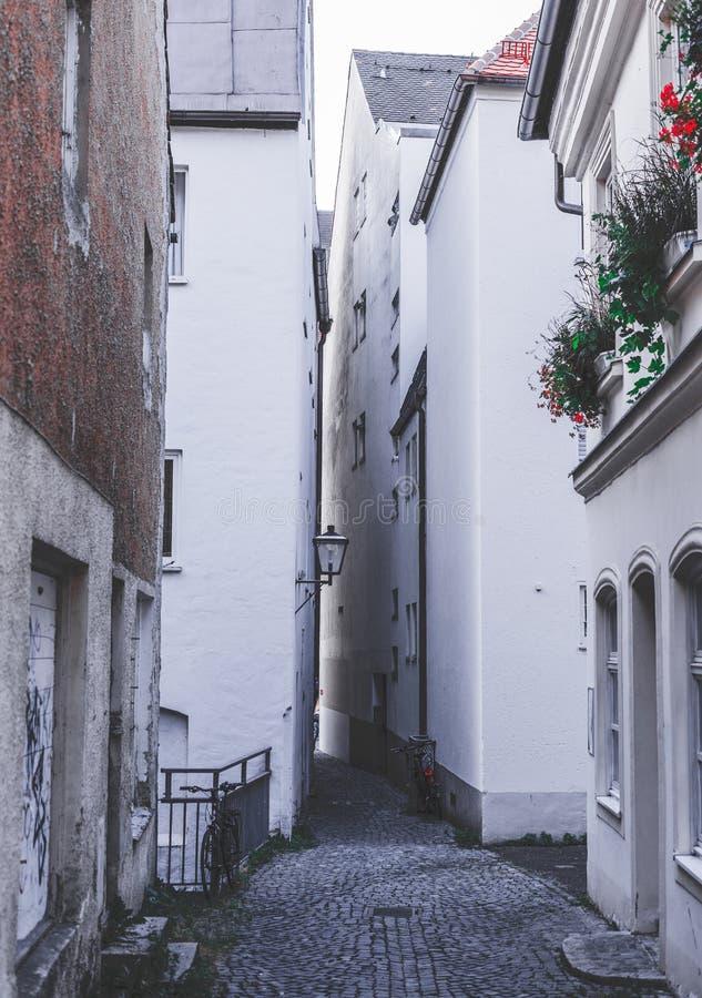 在许多房子之间的狭窄的胡同 免版税库存图片