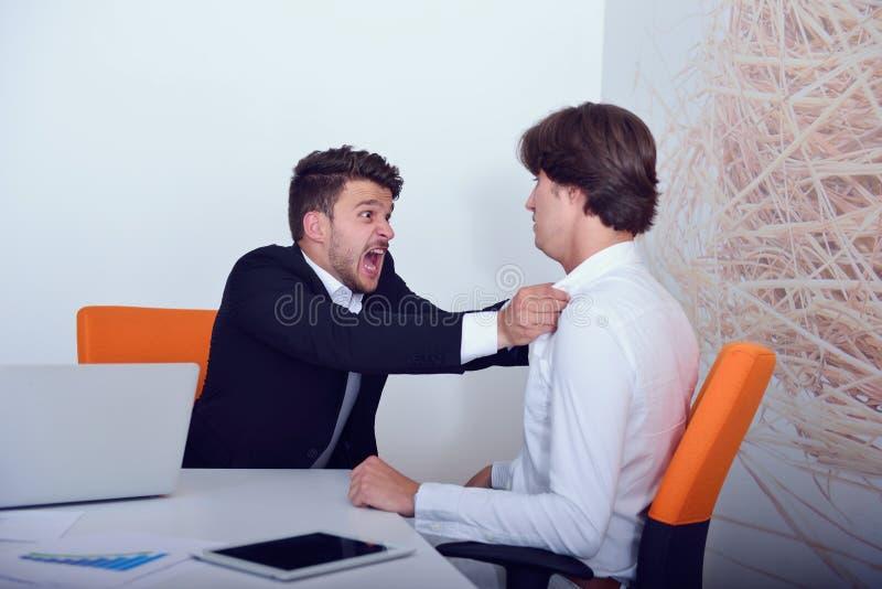 在论据期间的两个恼怒的企业同事 免版税图库摄影