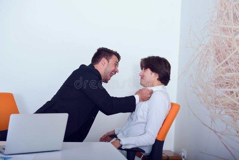 在论据期间的两个恼怒的企业同事 免版税库存照片