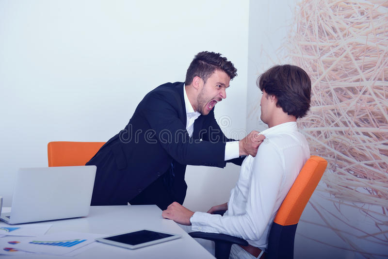 在论据期间的两个恼怒的企业同事 免版税库存图片
