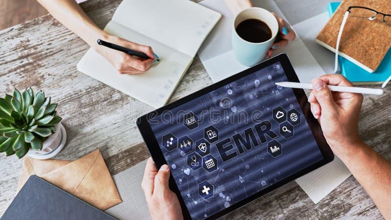 在设备屏幕上的电子医疗健康记录信息系统 在医学的现代技术作为概念 免版税库存照片