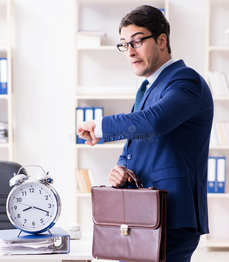 在设法的仓促的商人赶上最后期限 免版税库存图片