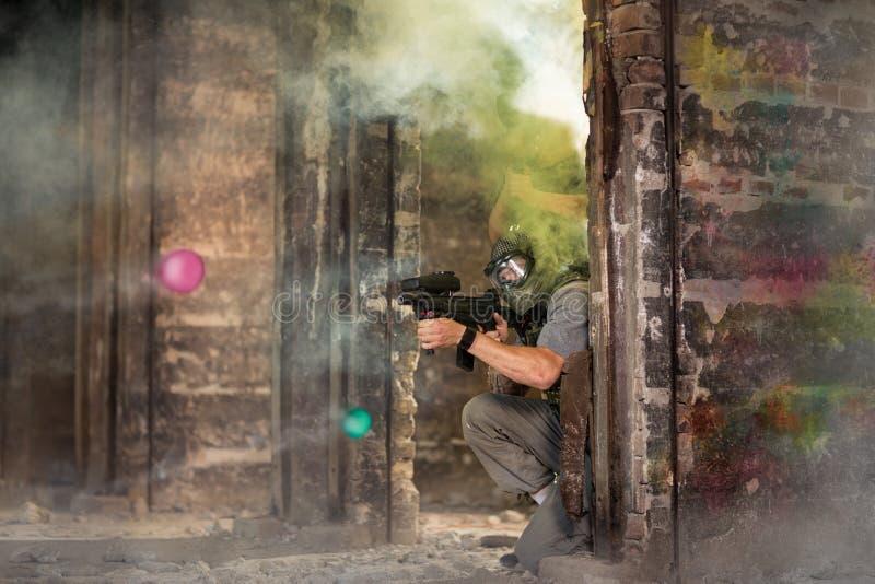 在设防的迷彩漆弹运动队 库存照片