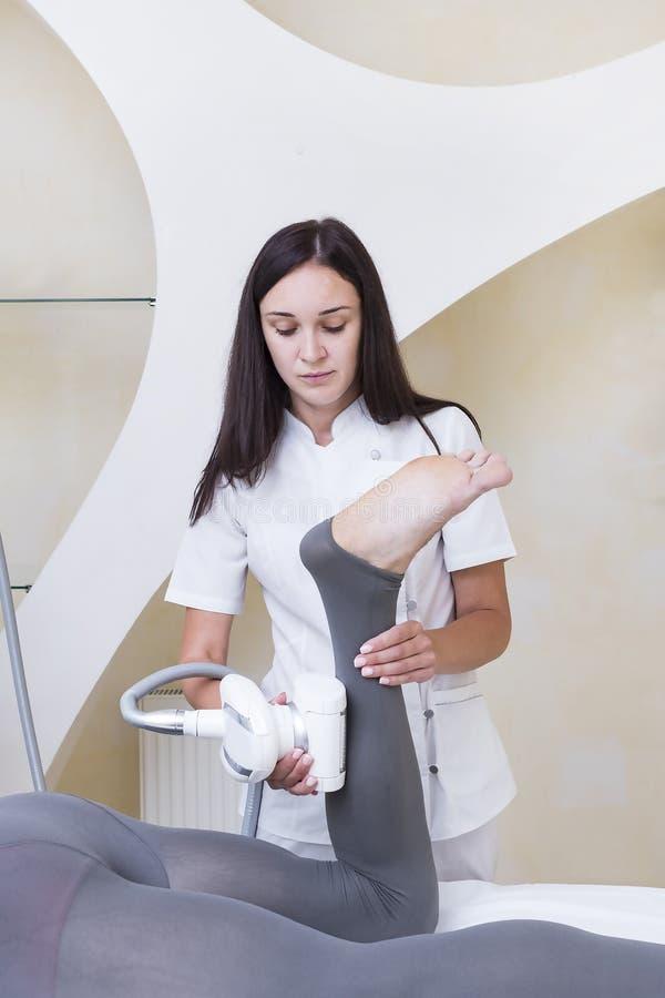 在诊所lipomassage的过程 免版税库存照片