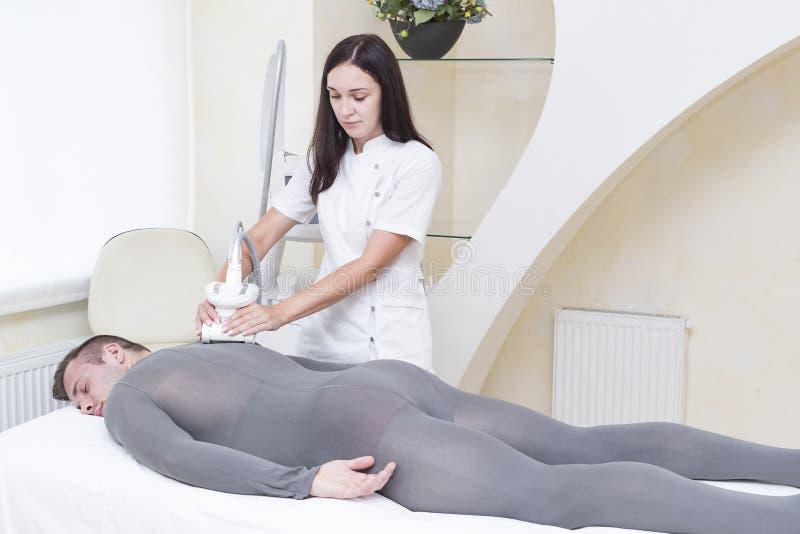在诊所lipomassage的过程 免版税图库摄影