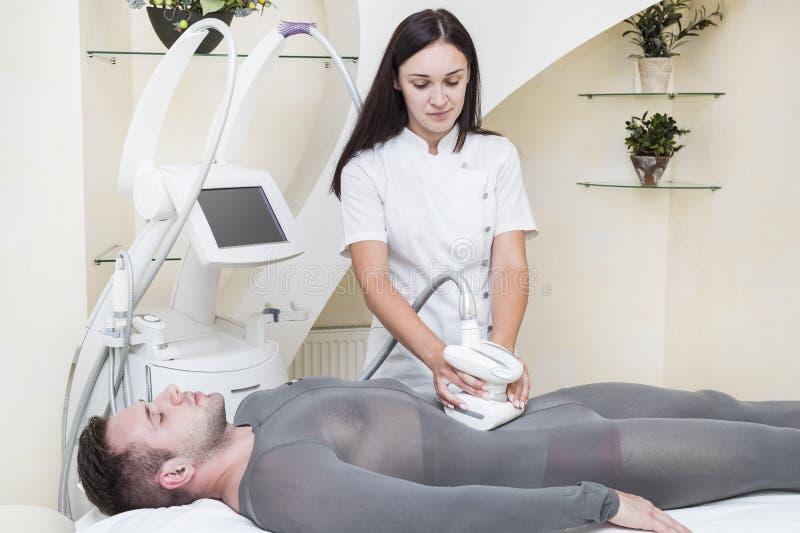 在诊所lipomassage的过程 库存图片