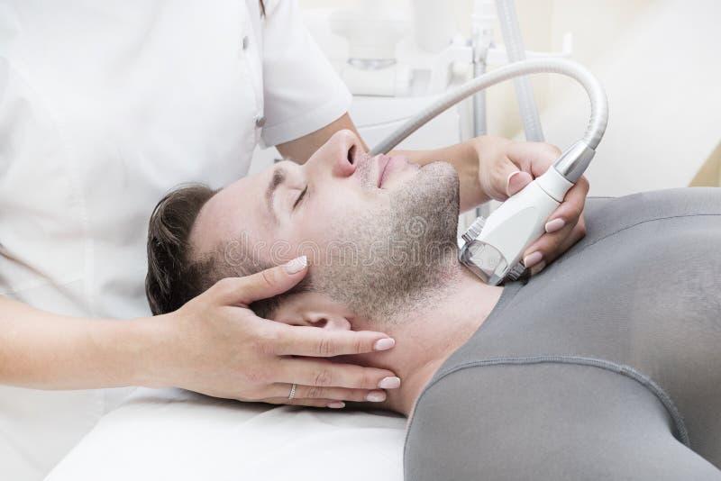 在诊所lipomassage的过程 库存照片