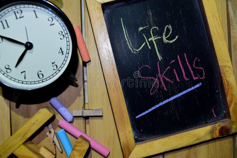 在词组五颜六色手写的生活技能在黑板 免版税库存图片