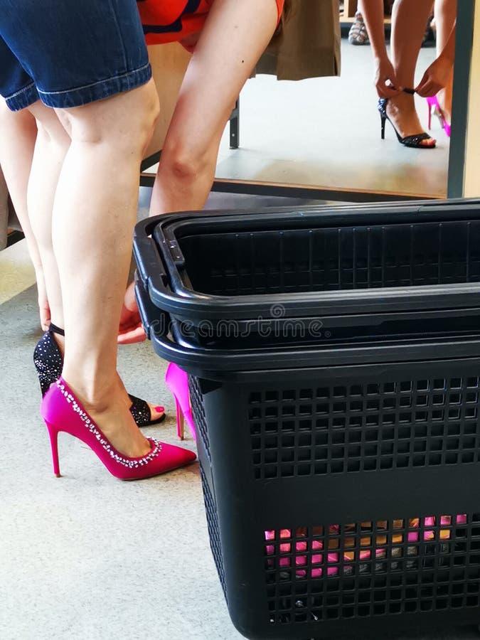 在试衣间核实妇女的高跟鞋 库存照片