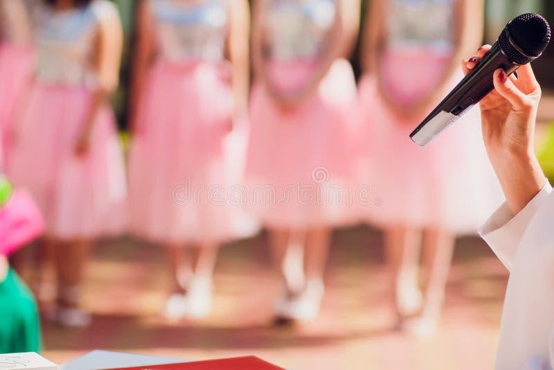 在话筒背景婚姻的夫妇的主要仪式讲话 在女傧相背景的话筒  库存照片