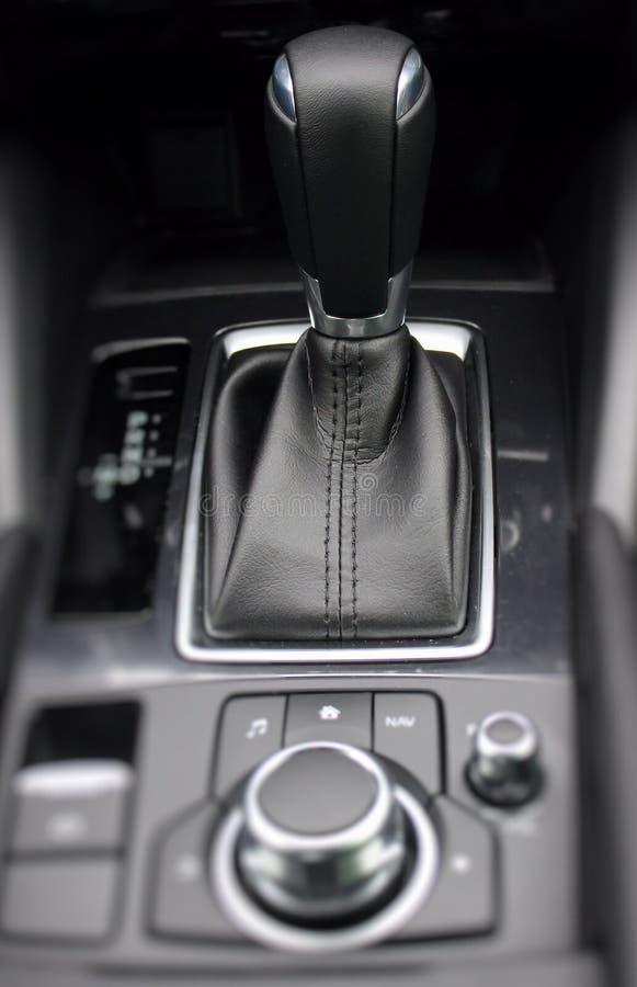 在详述的皮革汽车内部的使换中档瘤 免版税库存照片