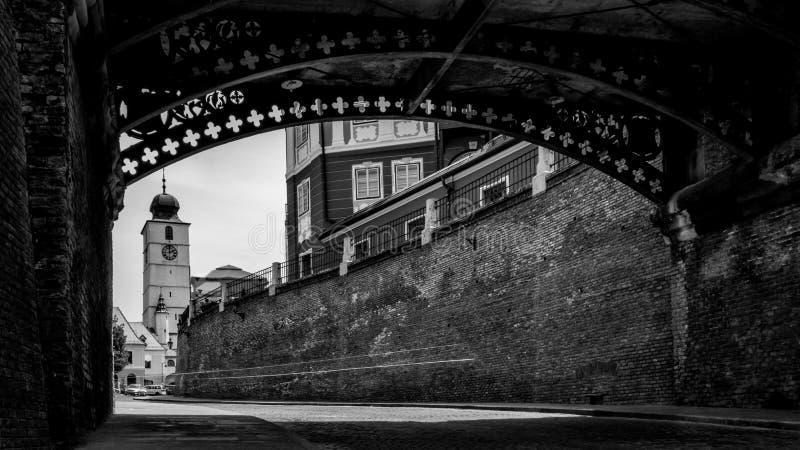 在说谎者桥梁下的锡比乌和有委员会塔的在背景中 免版税库存图片