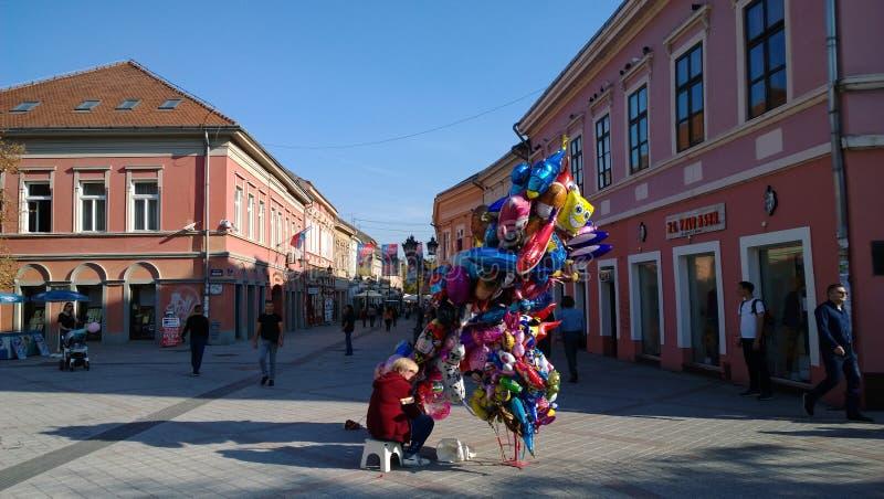 在诺维萨德街道上的卖主明亮的五颜六色的气球在塞尔维亚 库存图片