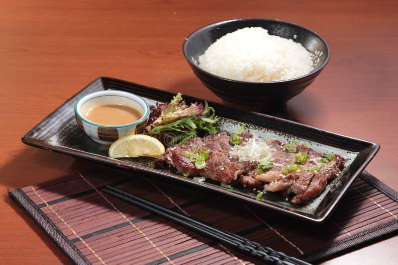 在调味汁的油煎的牛肉烹调 免版税库存图片