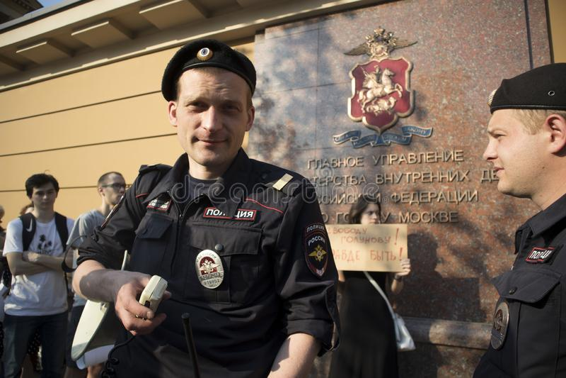 在调查新闻工作者伊冯格鲁诺夫拘捕的莫斯科举行的抗议  免版税库存照片