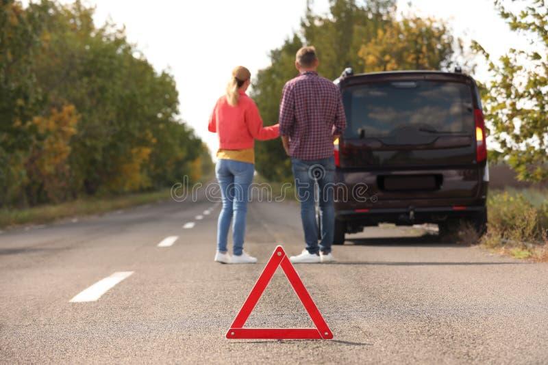 在谈论的人附近的紧急刹车标志汽车 免版税库存图片