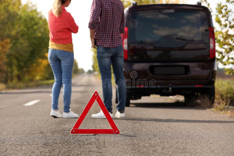 在谈论的人附近的紧急刹车标志汽车 免版税库存照片